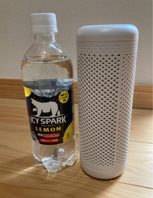 除湿機とペットボトルとのサイズ比較画像